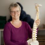 Birgitte Melbye med den rygsøjle som bruges i yoga for lænden.